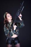 Retrato de una mujer en un uniforme militar con un rifle de asalto Imagenes de archivo