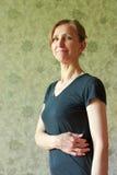 Retrato de una mujer en una camiseta negra Imágenes de archivo libres de regalías