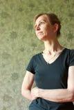 Retrato de una mujer en una camiseta negra Fotografía de archivo