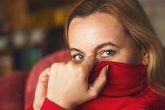 Retrato de una mujer en vestido rojo con un look sexy Fotografía de archivo
