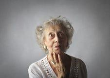 Retrato de una mujer envejecida con las joyas imagenes de archivo