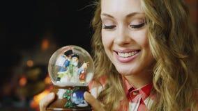 Retrato de una mujer: eso está mirando el juguete de la Navidad almacen de metraje de vídeo