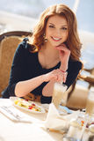 Retrato de una mujer feliz al aire libre en café Imagen de archivo