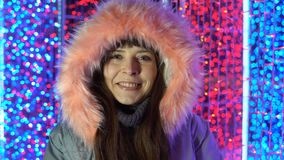 Retrato de una mujer feliz al lado de las luces en la calle por la tarde metrajes