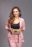 Retrato de una mujer feliz con la caja de regalo Imagenes de archivo