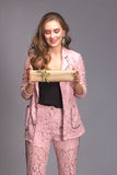 Retrato de una mujer feliz con la caja de regalo Foto de archivo libre de regalías