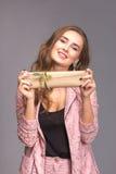 Retrato de una mujer feliz con la caja de regalo Fotografía de archivo libre de regalías
