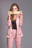 Retrato de una mujer feliz con la caja de regalo Fotografía de archivo