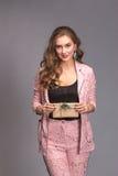 Retrato de una mujer feliz con la caja de regalo Imágenes de archivo libres de regalías