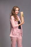 Retrato de una mujer feliz con la caja de regalo Fotos de archivo