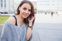 Retrato de una mujer feliz de la moda con el teléfono móvil En un backgr Imágenes de archivo libres de regalías