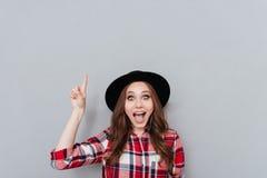 Retrato de una mujer feliz en camisa del sombrero y de tela escocesa Fotos de archivo libres de regalías