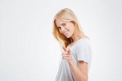 Retrato de una mujer feliz joven que señala el finger en la cámara Imágenes de archivo libres de regalías