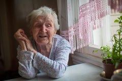 Retrato de una mujer feliz mayor 75-80 años Imagenes de archivo