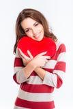 Retrato de una mujer feliz que lleva a cabo el corazón rojo Foto de archivo libre de regalías