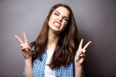 Retrato de una mujer feliz que muestra la victoria con Imágenes de archivo libres de regalías