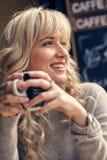 Retrato de una mujer feliz que piensa y que mira lejos Imagen de archivo libre de regalías