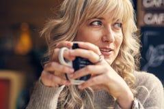 Retrato de una mujer feliz que piensa y que mira lejos Foto de archivo