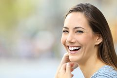 Retrato de una mujer feliz que sonríe en la cámara Fotos de archivo libres de regalías
