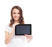 Retrato de una mujer feliz que sostiene una tableta Imagen de archivo libre de regalías