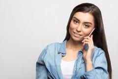 Retrato de una mujer feliz sonriente de los jóvenes que habla en el teléfono móvil Forma de vida, gente y concepto de la tecnolog Fotografía de archivo