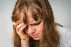 Retrato de una mujer gritadora con la piel y los ojos morados contusionados Imagen de archivo libre de regalías
