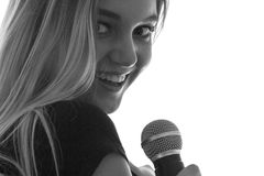 Retrato de una mujer hermosa con el micrófono Foto de archivo
