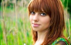 Retrato de una mujer hermosa con el pelo rojo imagenes de archivo