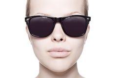Retrato de una mujer hermosa con las gafas de sol foto de archivo libre de regalías