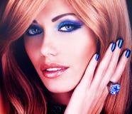 Retrato de una mujer hermosa con los clavos azules, maquillaje azul Imagenes de archivo