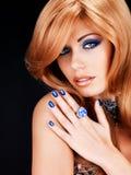 Retrato de una mujer hermosa con los clavos azules, maquillaje azul Foto de archivo libre de regalías