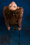 Retrato de una mujer hermosa con los dreadlocks contra un b azul Fotos de archivo