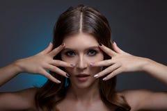 Retrato de una mujer hermosa con maquillaje creativo Fotos de archivo libres de regalías