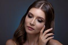 Retrato de una mujer hermosa con maquillaje creativo y pelo Imagenes de archivo