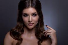 Retrato de una mujer hermosa con maquillaje creativo y pelo Foto de archivo libre de regalías