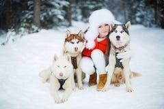 Retrato de una mujer hermosa con un husky siberiano Fotos de archivo