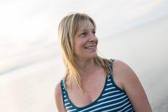 Retrato de una mujer hermosa de 37 años al aire libre en la playa Fotos de archivo libres de regalías