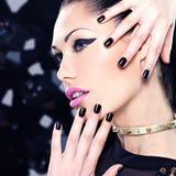 Retrato de una mujer hermosa de la moda con maquillaje brillante Imágenes de archivo libres de regalías