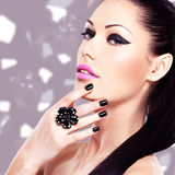 Retrato de una mujer hermosa de la moda con maquillaje brillante Fotos de archivo