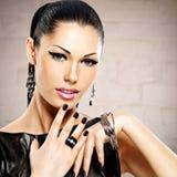 Retrato de una mujer hermosa de la moda con maquillaje brillante foto de archivo libre de regalías