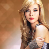 Retrato de una mujer hermosa de la moda con maquillaje brillante Imagenes de archivo