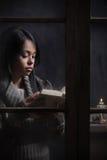 Retrato de una mujer hermosa detrás de la ventana Fotos de archivo libres de regalías