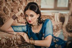 Retrato de una mujer hermosa en dres indios del chino tradicional Imágenes de archivo libres de regalías