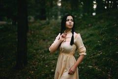 Retrato de una mujer hermosa en el bosque foto de archivo libre de regalías