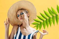 Retrato de una mujer hermosa en una playa que lleva un sombrero Fotografía de archivo libre de regalías