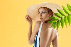 Retrato de una mujer hermosa en una playa que lleva un sombrero Fotografía de archivo
