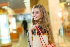 Retrato de una mujer hermosa en un centro comercial Imagen de archivo