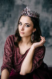 Retrato de una mujer hermosa en una imagen de la reina Foto de archivo libre de regalías