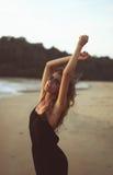 Retrato de una mujer hermosa joven con el pelo rizado largo en la playa Fotos de archivo