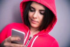 Retrato de una mujer hermosa joven con smartphone Fotos de archivo libres de regalías